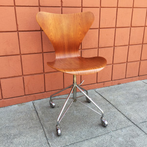 Series 7 Swivel Chair 3117 by Arne Jacobsen